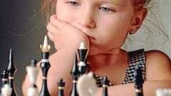 Чи складно навчити дитину грати в шахи?